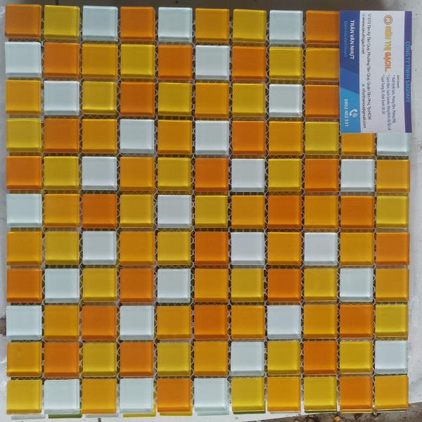 gach mosaic thuy tinh mau cam mau vang mau trang