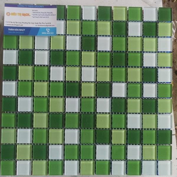 gach mosaic thuy tinh mau xanh la cay va mau trang