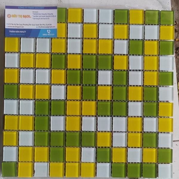 gach mosaic thuy tinh mau xanh mau vang mau trang