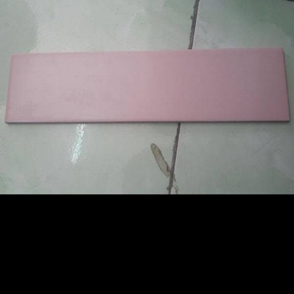 gach the op tuong mau hong 10x30 cm