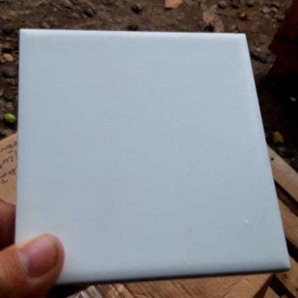 gach the 10x10 mau trang op tuong