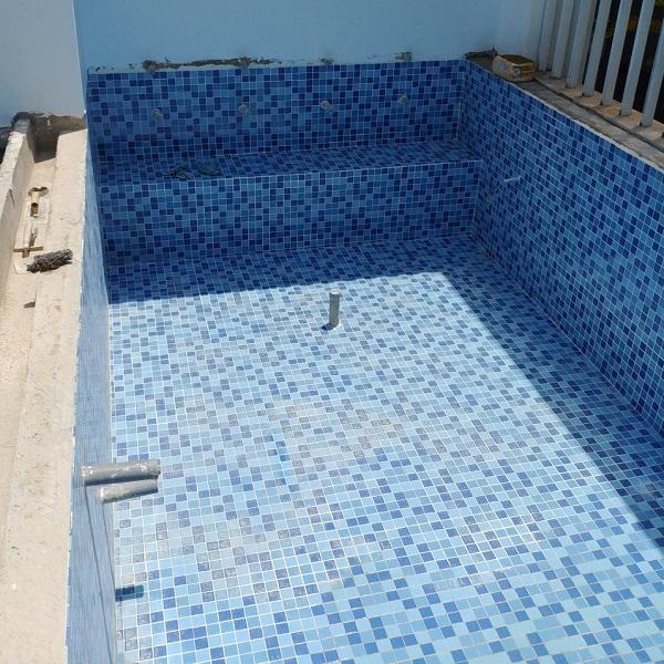 gach mosaic ho boi màu xanh biển