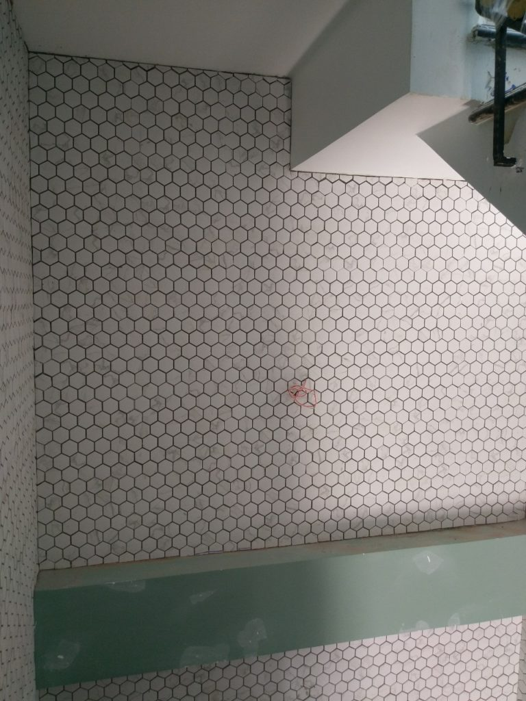 gach mosaic luc giac mau trang op tuong