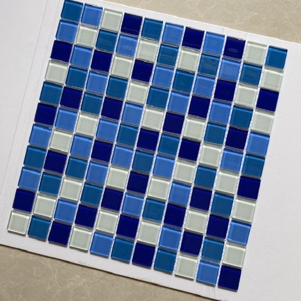 gach mosaic thuy tinh ho boi 3 mau xanh trang