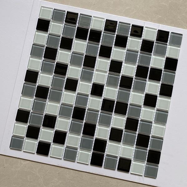 gach mosaic thuy tinh mau trang den xam