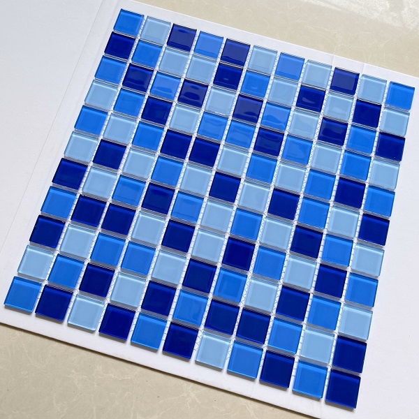 gach mosaic thuy tinh mau xanh