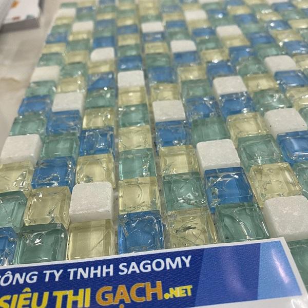 gach mosaic thuy tinh 4 mau xanh trang vang