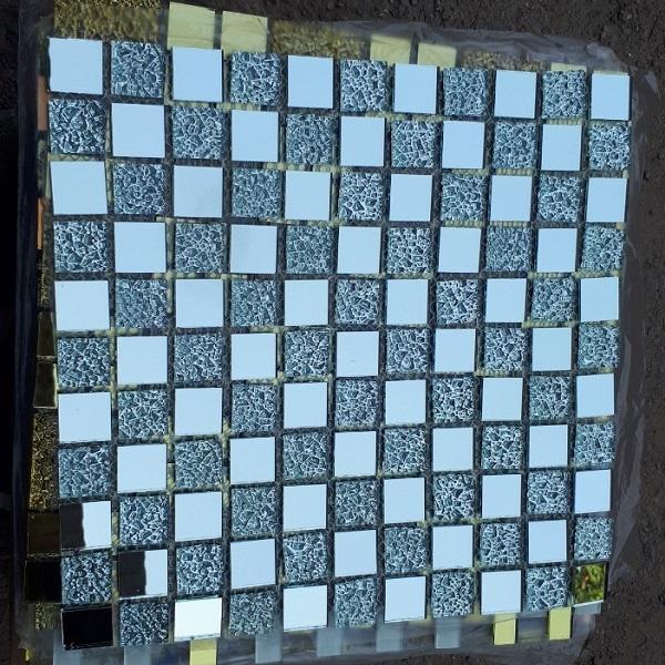 gach mosaic thuy tinh mau trang bac