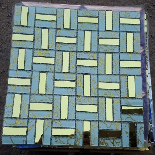gach mosaic thuy tinh mau vang
