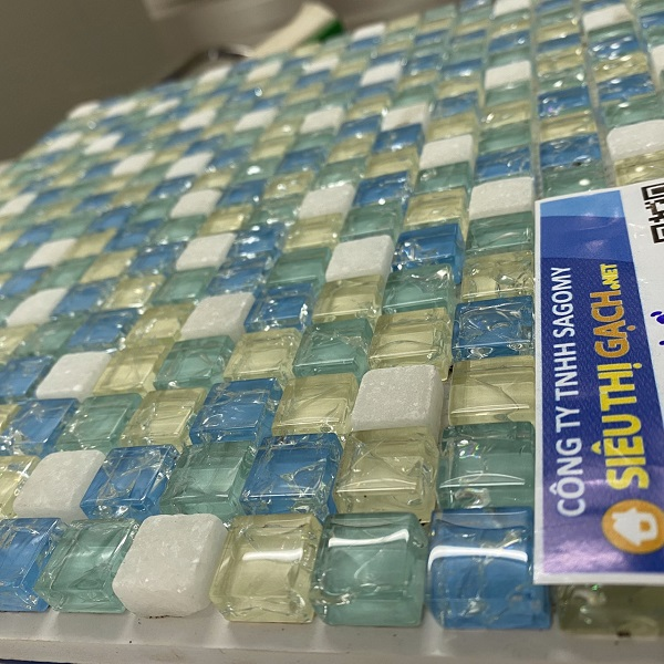 gach mosaic thuy tinh ran cao cap mau vang xanh trang
