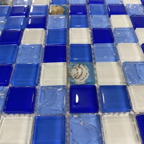 gach mosaic thuy tinh vo so mau xanh
