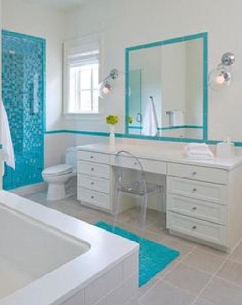 Gạch mosaic thủy tinh màu xanh có khả năng phản quang và bắt sáng tốt nên rất thích hợp để thiết kế cho cho phòng vệ sinh hẹp, ít ánh sáng