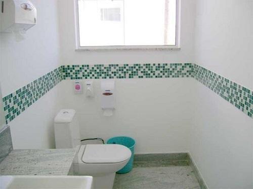 Gạch mosaic thủy tinh màu xanh ốp tạo điểm nhấn cho phòng vệ sinh tuyệt vời