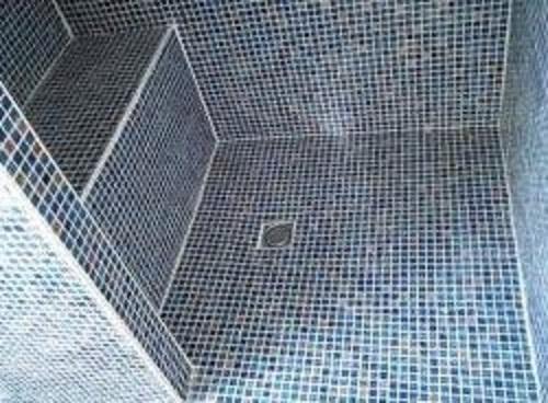 Gạch mosaic thủy tinh màu xanh cho phòng vệ sinh tạo ra nét cá tính mạnh mẽ
