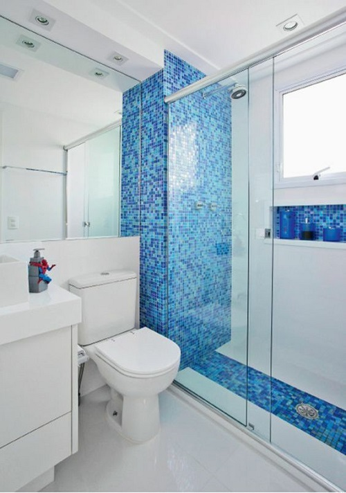 Gạch mosaic thủy tinh màu xanh cho phòng vệ sinh cho ta cảm giác như hòa bản thân vào đại dương mênh mông