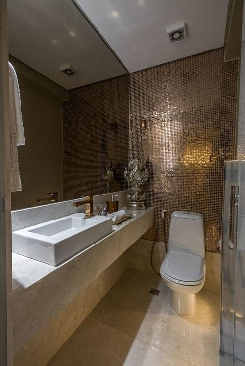 Gạch mosaic thủy tinh màu vàng cho phòng vệ sinh mang lại không gian ánh sáng hiện đại