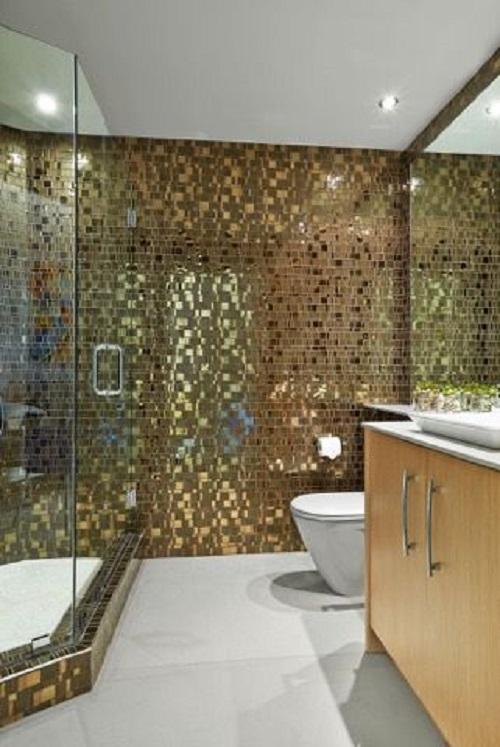 Gạch mosaic thủy tinh màu vàng cho phòng vệ sinh sang trọng ấn tượng.
