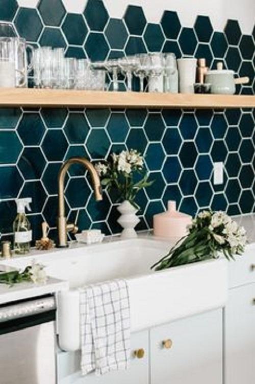Gạch lục giác màu xanh ốp tường bếp đẹp lung linh