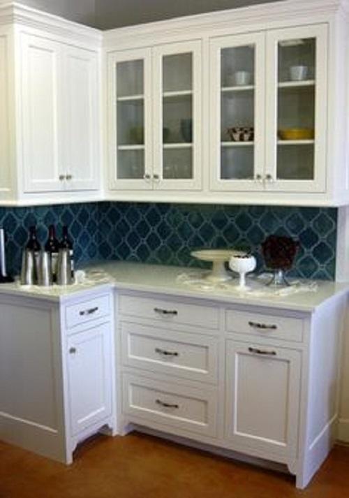 Gạch ốp tường màu xanh với bề mặt men bóng, giúp cho không gian phòng bếp nổi bật hơn.