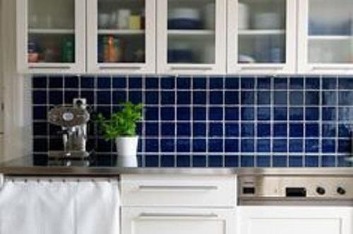 Căn phòng bếp mang phong cách cổ điển nổi bật với gạch ốp tường bếp màu xanh