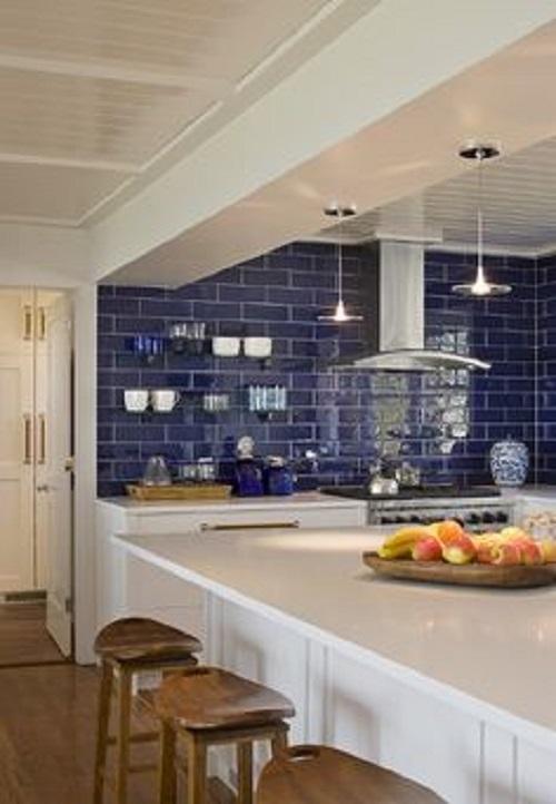 Với cách sử dụng gạch ốp tường màu xanh này, gia chủ nên chọn gạch ốp bàn bếp màu trắng sẽ phù hợp hơn.