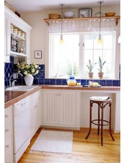 Gạch thẻ màu xanh kết hợp với không gian bếp màu trắng nổi bật tràn ngập ánh sáng.