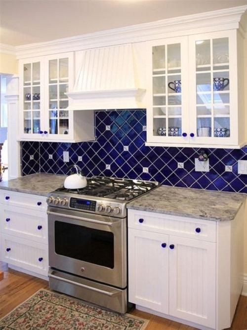 Mẫu gạch ốp bếp màu xanh thẫm có bề mặt bóng giúp cho việc vệ sinh trở nên dễ dàng hơn