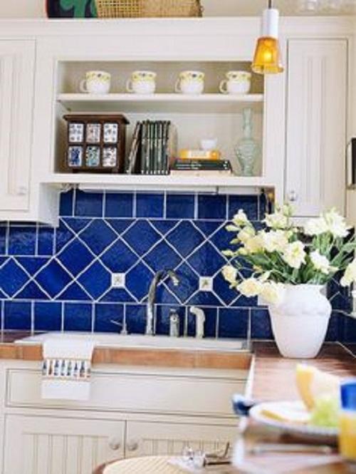 Gạch thẻ ốp bếp màu xanh phối cùng nội thất màu trắng cực đẹp mắt
