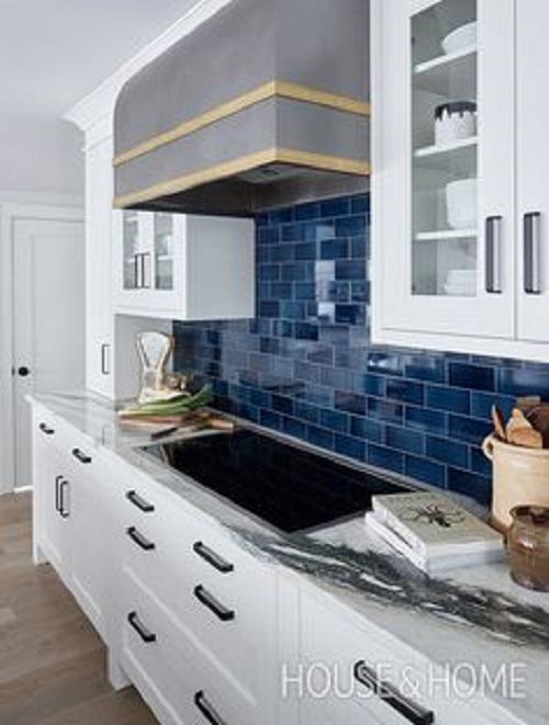 Đôi khi chỉ một chút điểm nhấn, căn bếp tràn ngập hơi thở thiên nhiên với gạch ốp tường xanh lá cây