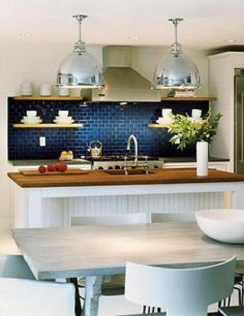 Gạch thẻ ốp bếp màu xanh kết hợp với bàn bếp màu xám cũng là một ý tưởng không tồi.