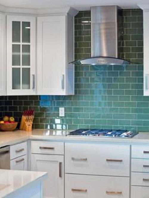 Gạch ốp bếp màu xanh nước biển rõ ràng mang đến cho không gian bếp vẻ đẹp tươi tắn, mới mẻ