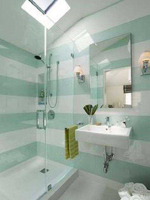 Gạch thẻ màu xanh nhạt xen kẽ gạch thẻ màu trắng, kết hợp với nội thất đem đến không gian sang trọng, lịch lãm.