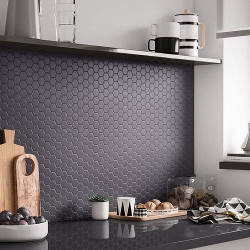 Gạch lục giác màu đen ốp bếp đảm bảo tính thẩm mỹ,