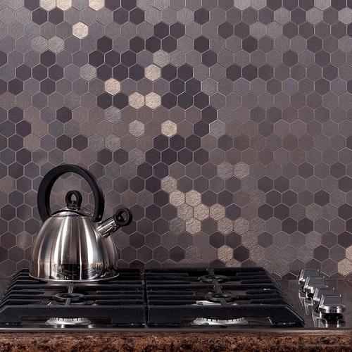 Gạch lục giác màu đen ốp bếp rất hiện đại và thẩm mỹ