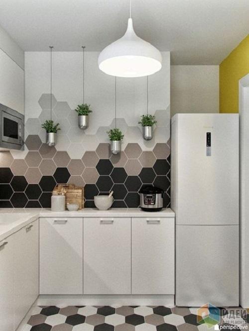 Thay vì sử dụng gạch ốp tường theo bộ, chỉ cần vài viên gạch lục giác đen, nâu cũng đủ để bếp trông ấn tượng hơn