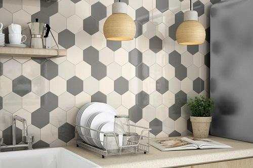 Gạch lục giác màu đen ốp bếp kết hợp cùng gạch lục giác trắng, ghi xám. Không gian bếp dù nhiều màu sắc nhưng tổng thể không gian vẫn rất hài hòa, thuận mắt