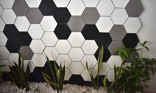 Gạch lục giác màu đen ốp bếp kết hợp cùng gạch lục giác trắng, ghi xám.