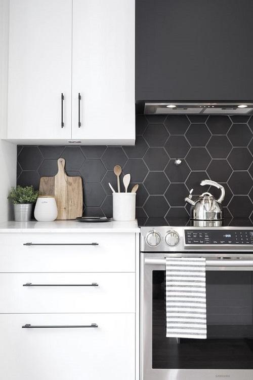 Gạch lục giác màu đen ốp bếp giúp tường trông ấn tượng và nghệ thuật hơn rất nhiều