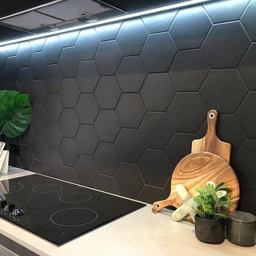 Gạch lục giác màu đen ốp bếp giúp cho việc vệ sinh, lau chùi dễ dàng, đơn giản hơn