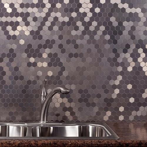 Gạch lục giác màu đen ốp bếp có nét thu hút rất riêng