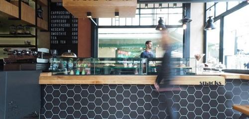 Không cần ốp quá nhiều diện tích, chỉ một bức tường ốp gạch lục giác màu đen cũng đủ để quán cà phê trông sang trọng hẳn lê
