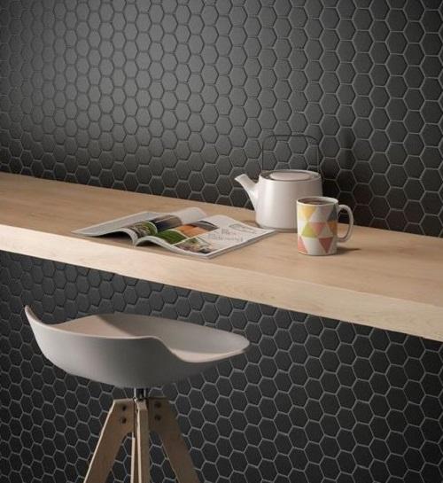 Gạch lục giác màu đen cho không gian quán cà phê rất hiện đại và thẩm mỹ