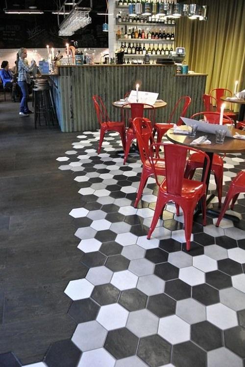 Gạch lục giác màu đen cho không gian quán cà phê mang đậm hơi thở cổ điển