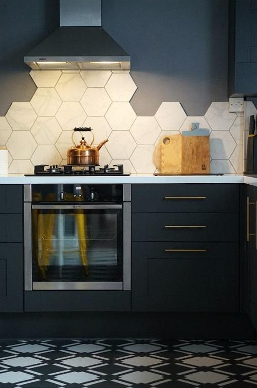 Ốp một phần bức tường phòng bếp bằng gạch lục giác màu trắng