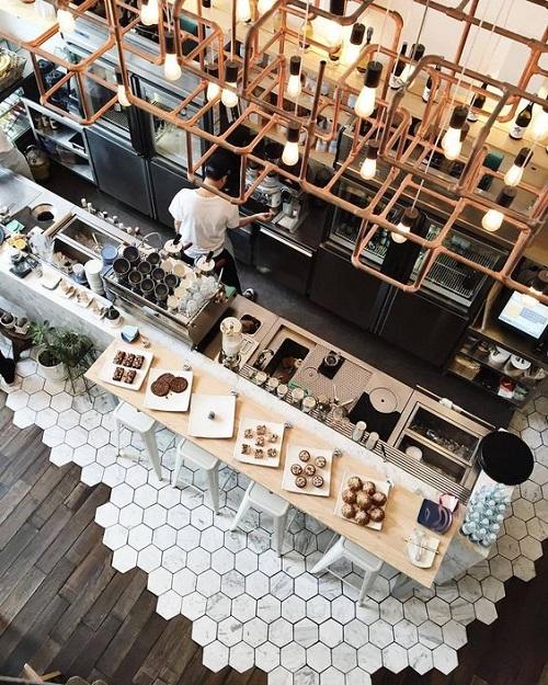 Gạch lục giác màu trắng tinh khiết mang vẻ đẹp dịu dàng cho quán cà phê