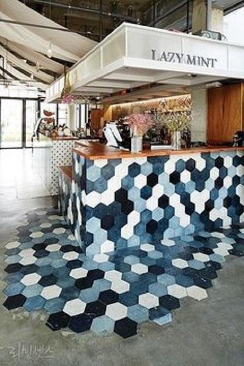 Gạch lục giác màu trắng kết hợp tinh tế và khéo léo cho quán cà phê độc đáo