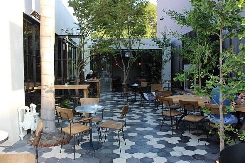 Gạch lục giác màu xám cho quán cà phê có thể sử dụng cho cả không gian quán cafe ngoài trời