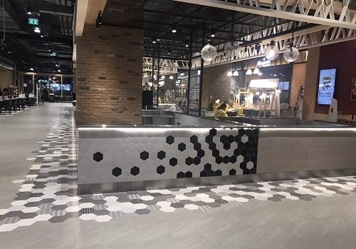 Gạch lục giác màu xám cho không gian quán cà phê trông rộng rãi, thoáng đãng