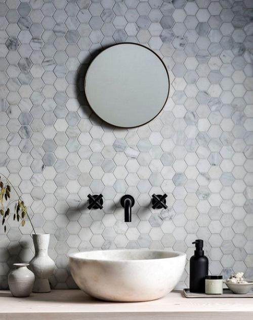 """Gạch lục giác màu xám tươi trẻ cho WC như được """"giải nhiệt"""" khỏi những cơn nóng ngày hè."""