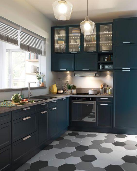 Gạch lục giác màu xám ốp bếp mang lại không gian ấm áp gần gũi